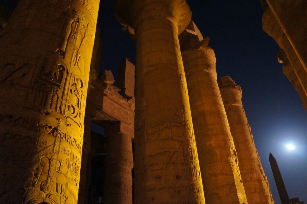 Cena Noturna - Colunas do Templo de Amon-Ra em Karnak - Egito